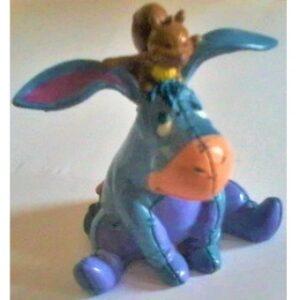 Bourriquet assis avec écureuil sur la têteFigurine Disney Winnie L'ourson
